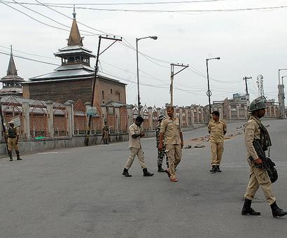 Curfew re-imposed in Kashmir; schools, mobile network shut