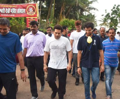 #SwachhBharat: Tendulkar teams with Thackeray Jr in clean-up drive