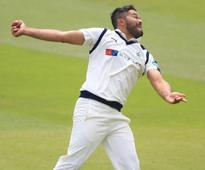 Azeem Rafiq signs new contract at Yorkshire