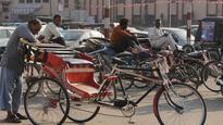 Cash crunch: Rickshaw-pullers in Jalandhar bear the brunt as earnings nosedive