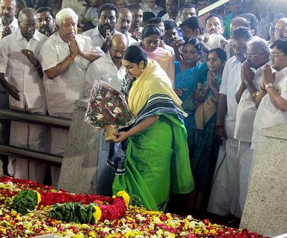 Jaya's niece Deepa joins OPS at Jayalalithaa's memorial