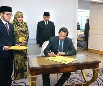 Their Majesties meet with Brunei residents in UK