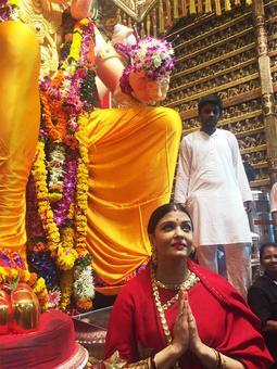 PIX: Aishwarya visits Lalbaugcha Raja