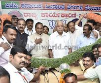 Bengaluru: Yeddyurappa, Eshwarappa put up show of unity, share garland