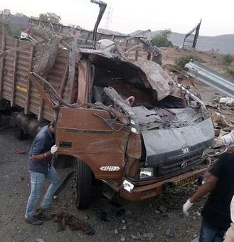 Speeding truck overturns, 18 labourers killed