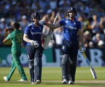 England hit world record 444-3 to crush Pakistan