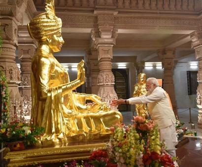 Modi visits Akshardham temple, reaches out to Patels