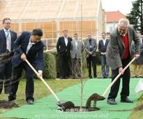 Czech president hosts Xi at Lany chat...