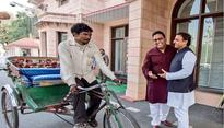 Paytm CEO Vijay Shekhar Sharma turns up at Akhilesh Yadavs house in a rickshaw!