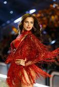 View pis of hottest looks from Victoria's Secret Fashion Show 2016 in Paris!