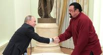 Putin Hands Russian Passport to US Actor Seagal in Kremlin (VIDEO)