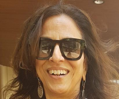 Shobhaa De mocks cop, Mumbai police gives it back to her