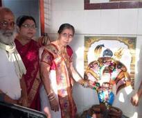 Modi's wife worships at Mathura temple