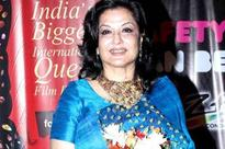 Moushumi Chatterjee receives the Filmfare Lifetime Achievement Award 2015