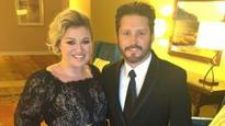 Kelly Clarkson celebrates third anniversary with old school romance
