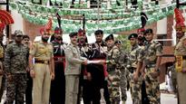 On Pakistan's Independence Day, soldiers exchange sweets at Wagah border