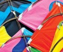 Muslims fly kites on Patang Utsav, bring til laddoos for Hindus