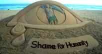 Sudarsan Pattnaik creates sand sculpture on Dana Majhi