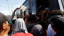 Migrant caravan reaches Mexico border, Trump officials warn of arrests