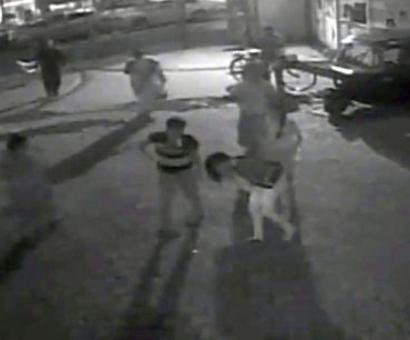 Minor girl thrashed on Mumbai road as passersby look on