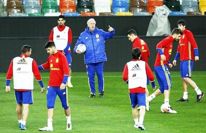 Del Bosque defends tactics to go with unchanged squad