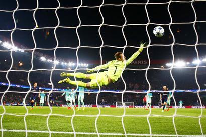 PIX: Birthday boys Di Maria, Cavani help PSG thrash Barca; Benfica win