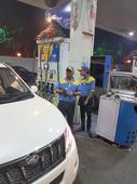 Delhi BPCL petrol pump attendants caught cheating, social media takes their case