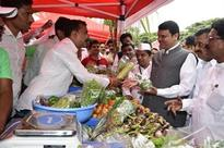 CM buys vegetables at Rs 200 from Govt-owned Weekly Market
