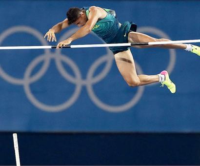 Record-creating Da Silva soars to dramatic pole vault gold