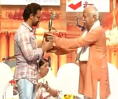 Aamir accepts award for Dangal from RSS chief Mohan Bhagwat