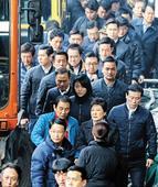 Park Visits Daegu Stronghold in Bid for Support