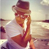Chennai Express: Shah Rukh Goes Aamir Khan's Way, Wears Fedora Hat in Film [PHOTOS]