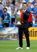 EUROCOPA 2016 PORTUGAL-FRANCIA - Xavi devuelve la copa