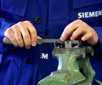 UPDATE 1-Energy units lift Siemens' profit well above forecasts