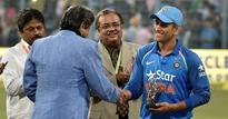 Dhoni felicitated by Kapil at Eden Gardens