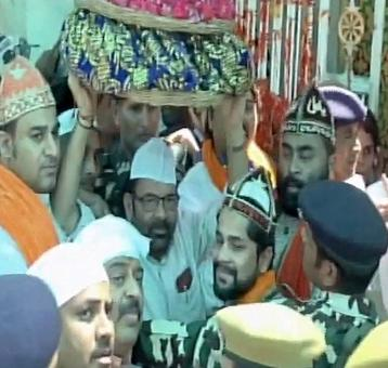 Naqvi offers 'chadar' on behalf of PM Modi at Chishti's dargah