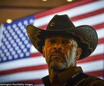Pro-Trump sheriff restrains and subdues a hostile drunk passenger who started abusing him on a flight