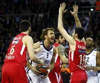Anadolu Efes stays alive in Euroleague, displaying strong performance to beat Olympiacos