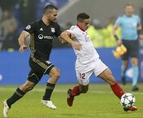 Cool Sevilla hold off Lyon to reach last 16