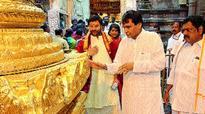 Suresh Prabhu worships the Lord Venkateswara