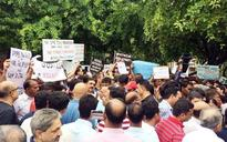 Jaypee group home buyers threaten to commit suicide at Jantar Mantar