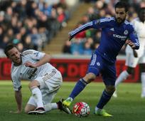 Sigurdsson ends Chelsea's unbeaten run under Hiddink