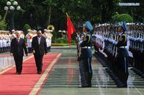 Bounnhang Vorachit, Nguyen Phu Trong review guard of honor in Vietnam