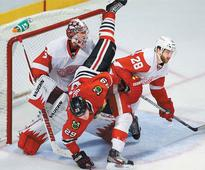 Blackhawks edge Red Wings