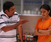 Prakash Raj and Bhumika Chawla in : Pen Adimai Illai