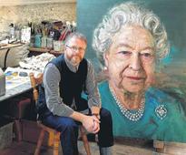 Colin Davidson paints The Queen