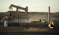 UPDATE 1-IEA sees global oil glut worsening, OPEC deal unlikely