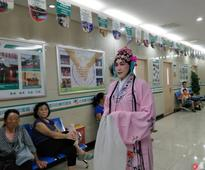 Chinese Doctor Puts on Opera Makeup to Help Patients Relax