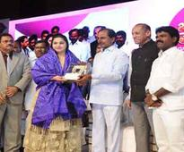 Syeda Falak gets Rs. 5 lakh cash award from KCR