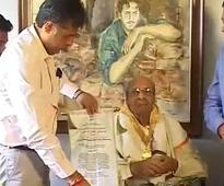 Pran receives his Dadasaheb Phalke award at home